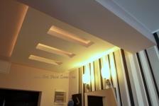 <h5>Iluminat cald</h5><p>In zona holului este combinat iluminatul indirect din tavanele false de rigips cu cel direct al aplicelor de pe perete.</p>