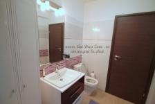 <h5>Baie parter</h5><p>Pentru parter, un grup sanitar simplu este suficient pentru proprietari, Acesta nu a fost decorat excesiv, fiind pastrat simplu si practic.</p>