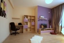 <h5>Colt pentru un birou acasa</h5><p>O zona mai retrasa este special folosita pentru a crea un mic birou de lucru, mai retras, acasa. Am creat mobilierul la comanda si l-am asortat cu culorile ce le-am ales pentru zugraveala si perdele. </p>