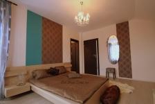 <h5>Dormitor matrimonial cu tapet</h5><p>Dormitorul matrimonial este amenajat folosind accente din vopsele lavabile in nuante de turcoaz si cu elemente decorative create din fasi de tapet. </p>