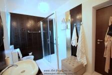 <h5>Dus la comanda</h5><p>Dusul cu dimensiuni atipice este comandat special pentru aceasta baie. </p>