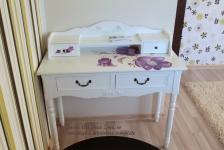 <h5>Masuta pictata</h5><p>Masuta de machiaj este pictata special in nuantele de mov si lila ale casei. </p>