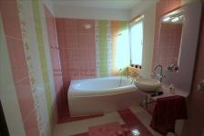 <h5>Baie vesela</h5><p>Cea mai simpatica baie este cea aferenta dormitorului de fetita: cu faianta in peste 7 culori si texturi. </p>