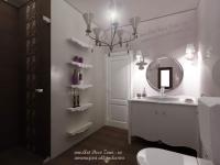 <h5>Baie de lux</h5><p>Baia matrimoniala este un cadru de vis, cu mobila clasica si lumini decorative.</p>