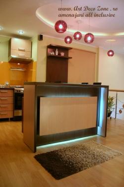 <h5>Bar decorativ</h5><p>Barul este un element de decor al livingului, intens luminat, o piesa deosebita in cadrul mobilierului executat de noi la comanda.</p>
