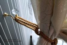 <h5>Draperii</h5><p>Draperiile din dormitor sunt alese in acelasi stil cu tapetul si cu aceiasi textura. </p>