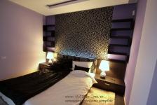 <h5>Dormitor matrimonial</h5><p>Veiozele sunt argintii, decorate cu un basorelief de trandafiri. </p>