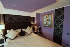 <h5>Culori si texturi</h5><p>In dormitor am combinat un tapet cu desen baroc cu altul cu dungi. </p>