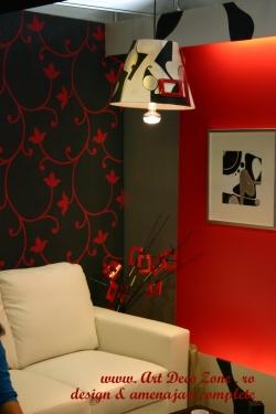 <h5>Decoratiuni</h5><p>In fundal se vede un tablou pictat, in ton cu abajurul lampii iar plantele din glastra sunt de asemenea ornate cu prize si piese electrice</p>