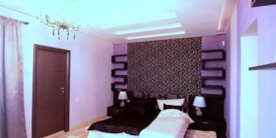 Dormitor matrimonial elegant cu tapet