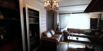 Design interior living polite cu rama argintie de tablou