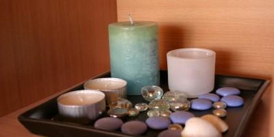 Aranjament de decoratiuni cu lumanari parfumate, pietre si sticla