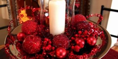 aranjament-decorativ-masa-de-craciun-din-globuri-rosii