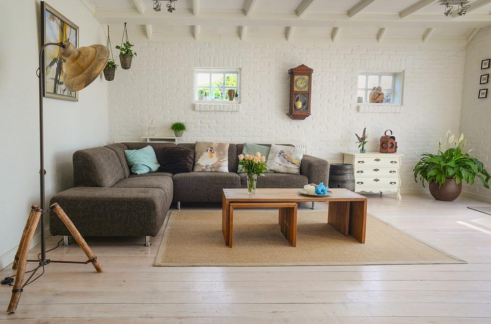 Amenajare living - mobilier modern si perete de caramida aparenta alba