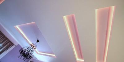 Scafe cu lumina indirecta leduri pe tavan