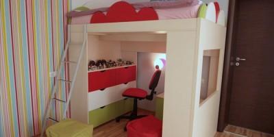dormitor de fetita in culori vesele