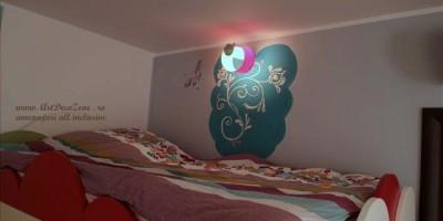 Pictura pe perete in dormitor fetita
